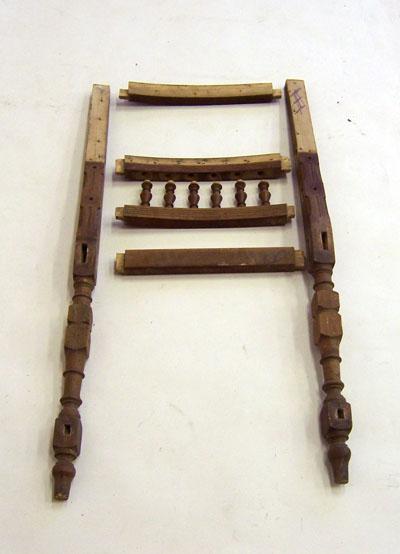02-Restaurování-starožitné-židle-Rozebraná-židle-Ze-židle-bylo-sejmuto-čalounění-a-byla-rozebrána