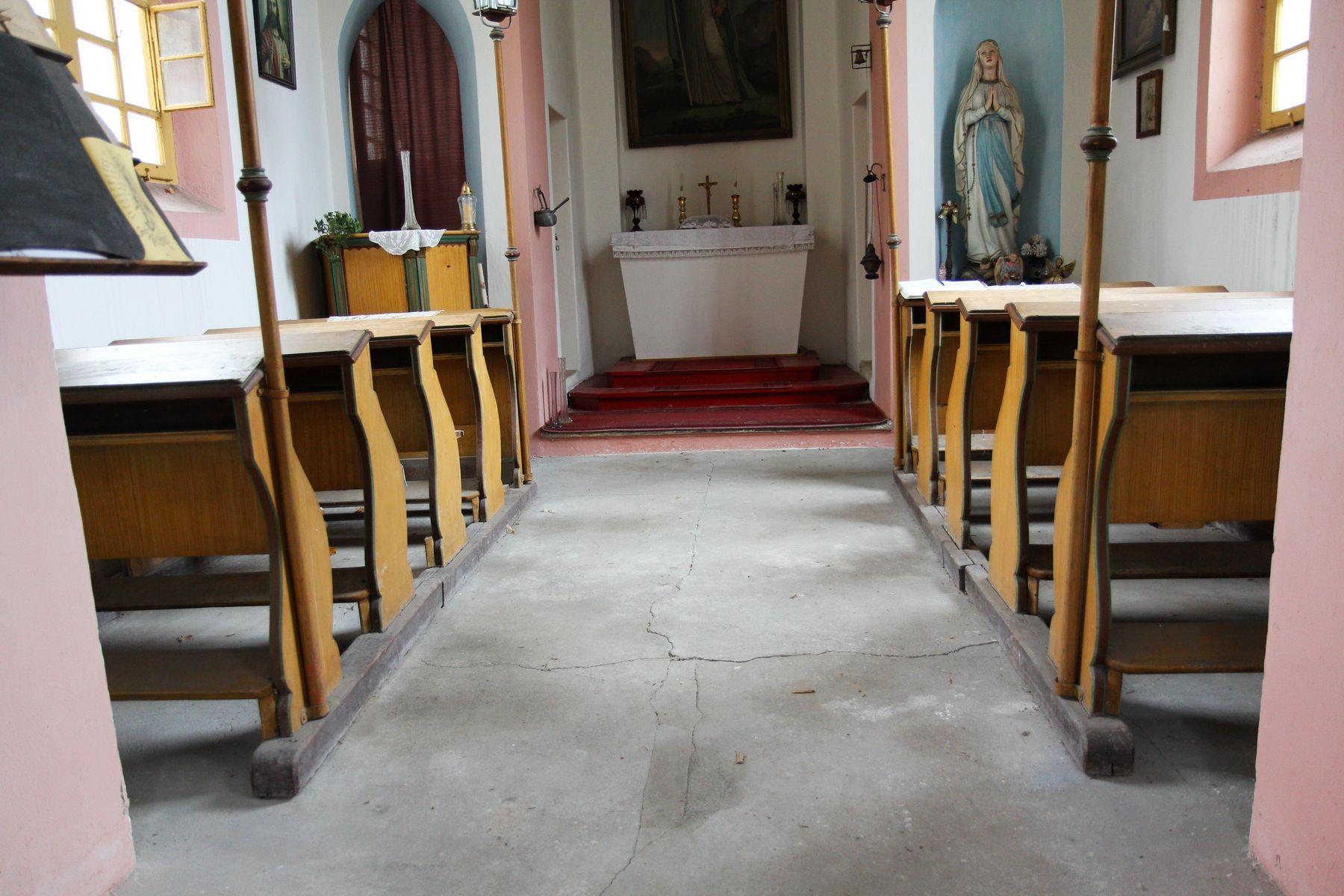 Restaurovali jsme kostelní lavice v kostele sv. Prokopa v Otvovicích - Restaurování kostelní lavice před restaurováním 05