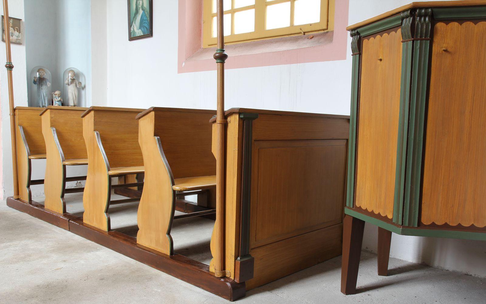 Restaurování fládrovaných kostelních lavic z počátku 20. století vkostele sv. Prokopa vOtvovicích.
